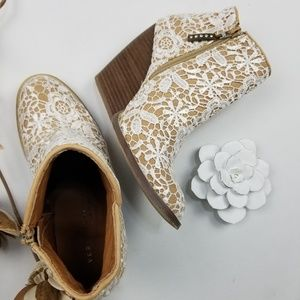 Very Volatile -White Crochet embroidered boot 7.5